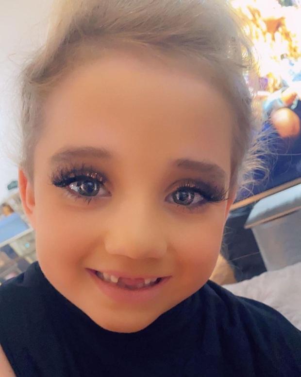 Bom sex hot nhất nước Anh bị chỉ trích vì trang điểm đậm cho con gái 6 tuổi: Đánh khối, mi giả dày cộp ảnh hưởng đến bé - Ảnh 2.