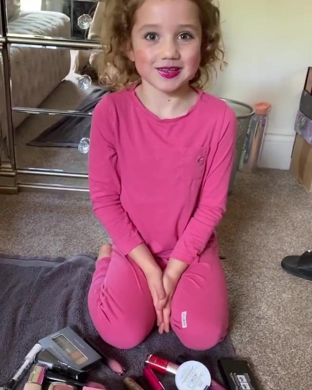 Bom sex hot nhất nước Anh bị chỉ trích vì trang điểm đậm cho con gái 6 tuổi: Đánh khối, mi giả dày cộp ảnh hưởng đến bé - Ảnh 7.