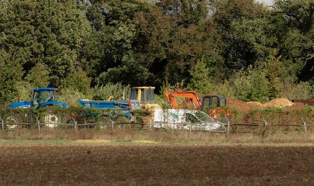 David Beckham gây tranh cãi vì xây hồ cho biệt thự 180 tỷ: Ảnh hưởng môi trường, khiến cả trăm công nhân phải nghỉ việc - Ảnh 3.