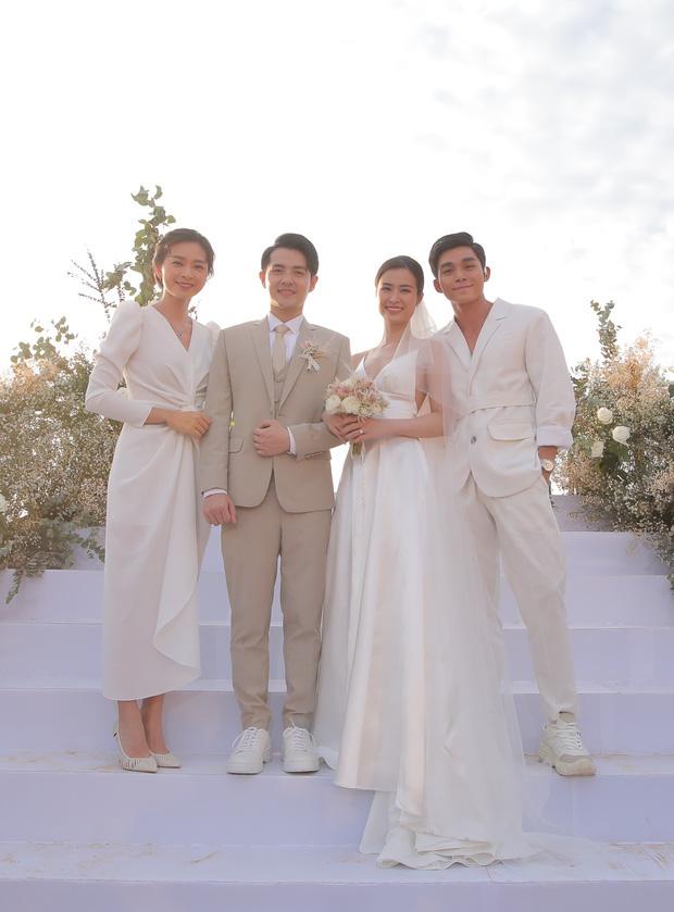 12 bộ váy áo đẹp nhất của sao Vbiz khi dự đám cưới: Đến Ngọc Trinh cũng không dám hở bạo mà nhường sân cho chị gái tỏa sáng - Ảnh 3.