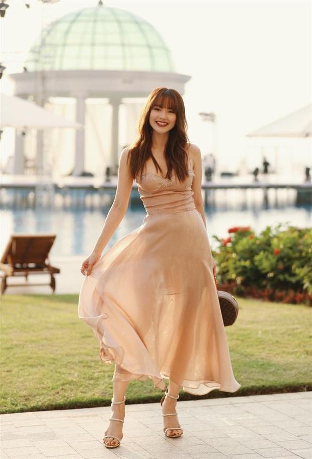 12 bộ váy áo đẹp nhất của sao Vbiz khi dự đám cưới: Đến Ngọc Trinh cũng không dám hở bạo mà nhường sân cho chị gái tỏa sáng - Ảnh 4.