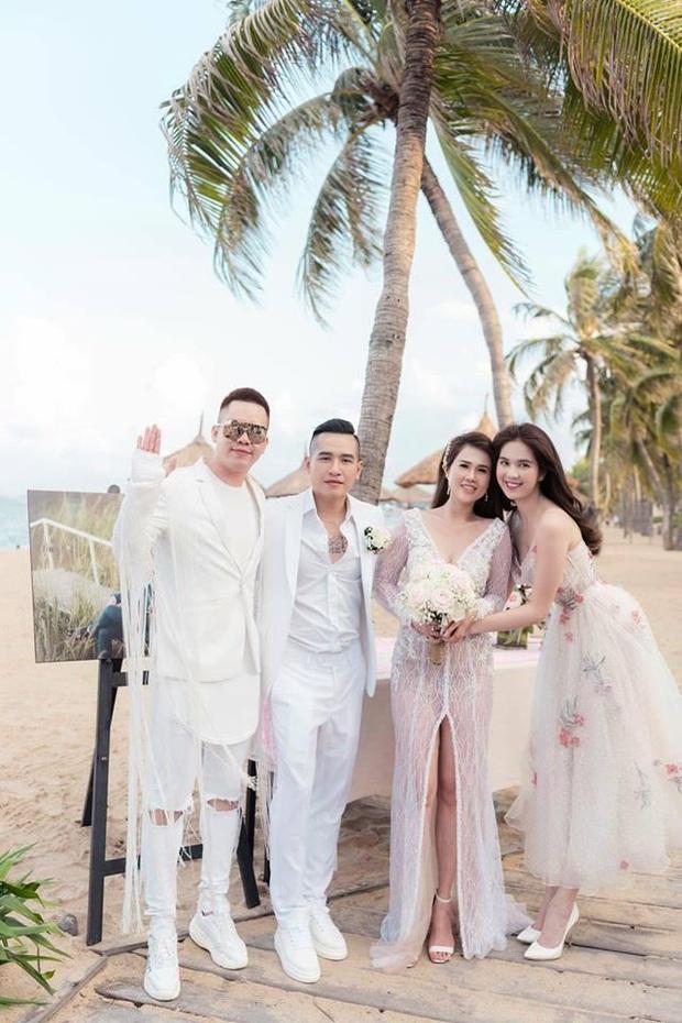 12 bộ váy áo đẹp nhất của sao Vbiz khi dự đám cưới: Đến Ngọc Trinh cũng không dám hở bạo mà nhường sân cho chị gái tỏa sáng - Ảnh 5.