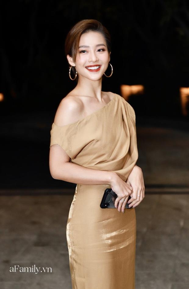 12 bộ váy áo đẹp nhất của sao Vbiz khi dự đám cưới: Đến Ngọc Trinh cũng không dám hở bạo mà nhường sân cho chị gái tỏa sáng - Ảnh 6.