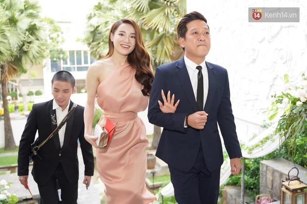 12 bộ váy áo đẹp nhất của sao Vbiz khi dự đám cưới: Đến Ngọc Trinh cũng không dám hở bạo mà nhường sân cho chị gái tỏa sáng - Ảnh 7.