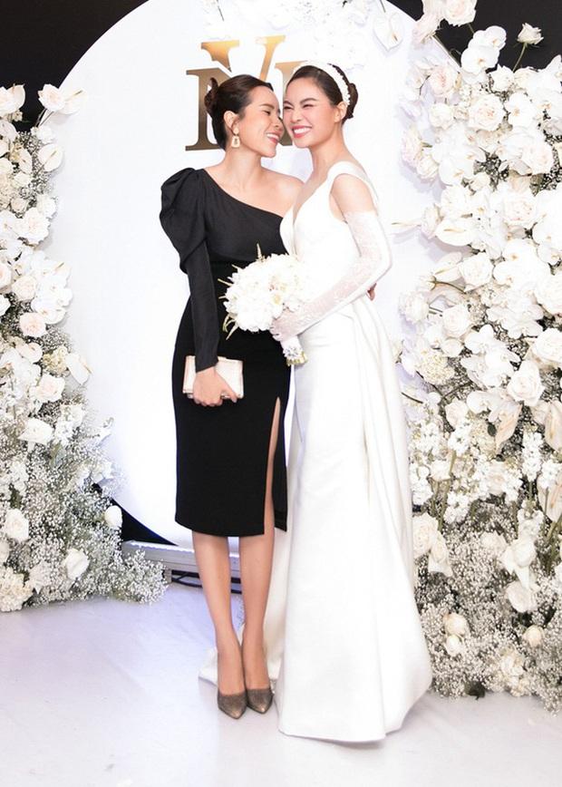 12 bộ váy áo đẹp nhất của sao Vbiz khi dự đám cưới: Đến Ngọc Trinh cũng không dám hở bạo mà nhường sân cho chị gái tỏa sáng - Ảnh 9.