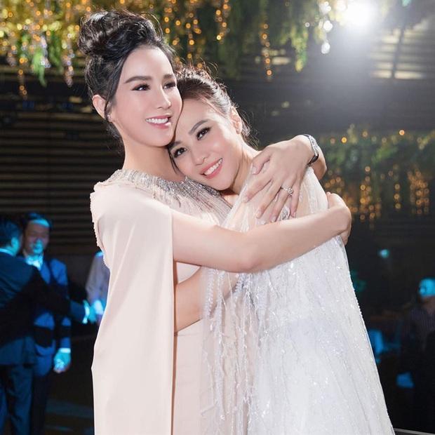 12 bộ váy áo đẹp nhất của sao Vbiz khi dự đám cưới: Đến Ngọc Trinh cũng không dám hở bạo mà nhường sân cho chị gái tỏa sáng - Ảnh 10.
