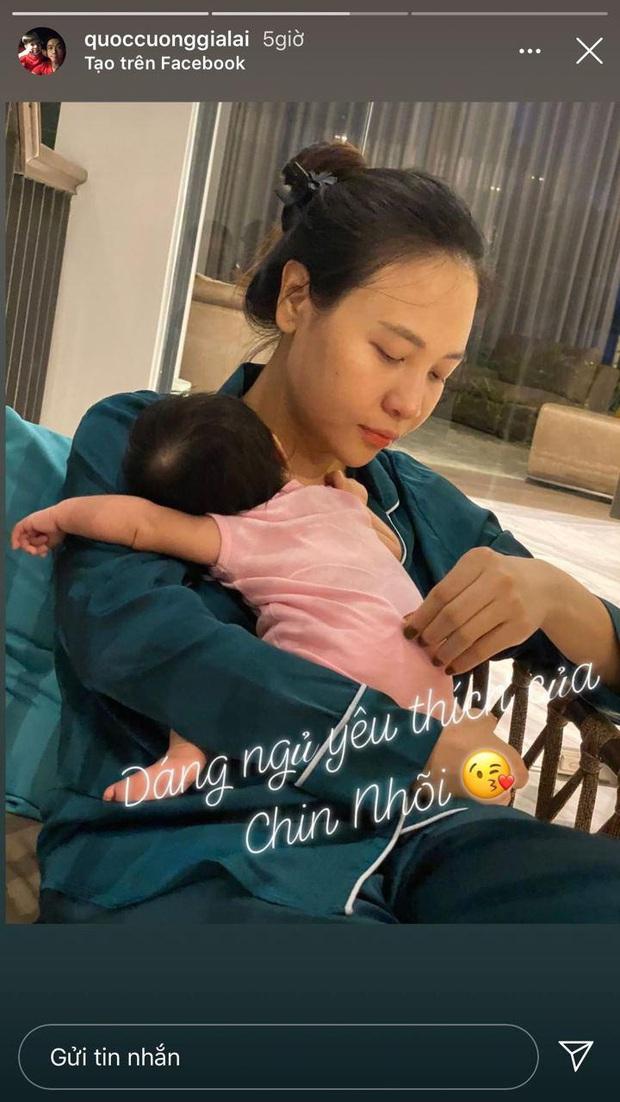 Cường Đô La hạnh phúc khoe khoảnh khắc Đàm Thu Trang chăm con gái, để lộ mặt mộc của mẹ bỉm qua camera thường - Ảnh 2.