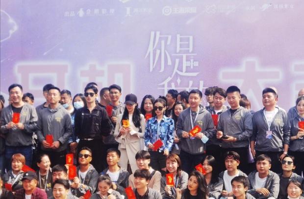 Dương Dương - Địch Lệ Nhiệt Ba đẹp lồng lộn ngày khai máy, nhìn qua thôi đã hóng phim cực độ - Ảnh 1.