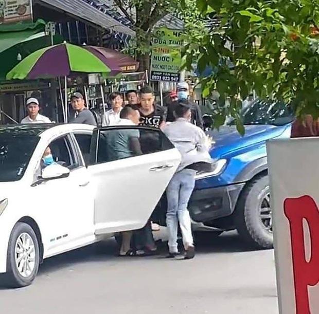 """Bắt nhóm giang hồ """"bắt cóc"""" người đàn ông, đập phá xe ô tô tại khu dân cư Cityland ở Sài Gòn - Ảnh 3."""