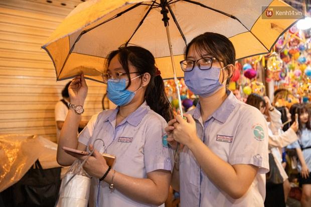 Ảnh: Người lớn đổ bộ đu đưa ở phố lồng đèn Sài Gòn, tìm đỏ con mắt chẳng thấy các bé thiếu nhi đâu? - Ảnh 8.