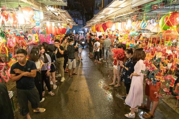 Ảnh: Người lớn đổ bộ đu đưa ở phố lồng đèn Sài Gòn, tìm đỏ con mắt chẳng thấy các bé thiếu nhi đâu? - Ảnh 4.