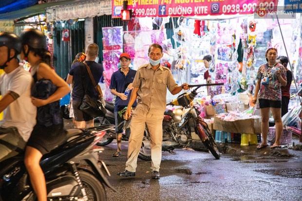 Ảnh: Người lớn đổ bộ đu đưa ở phố lồng đèn Sài Gòn, tìm đỏ con mắt chẳng thấy các bé thiếu nhi đâu? - Ảnh 2.