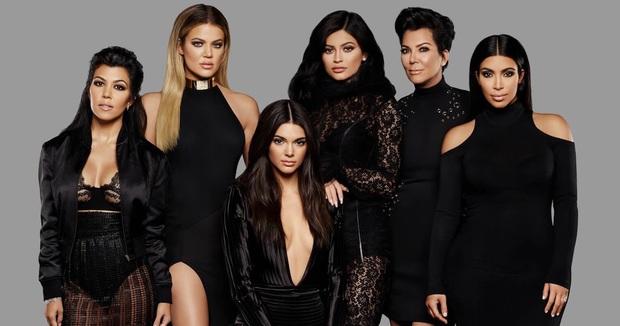 Ai ghét mặc kệ, các quái nữ nhà Kardashian-Jenner thực sự khuấy đảo thời trang thế giới theo những cách chẳng ngờ tới - Ảnh 2.