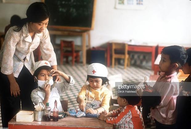 Chùm ảnh quý về thời học sinh 50 năm trước của ông cha ta: Khi chưa có công nghệ, niềm vui thật trọn vẹn - Ảnh 7.