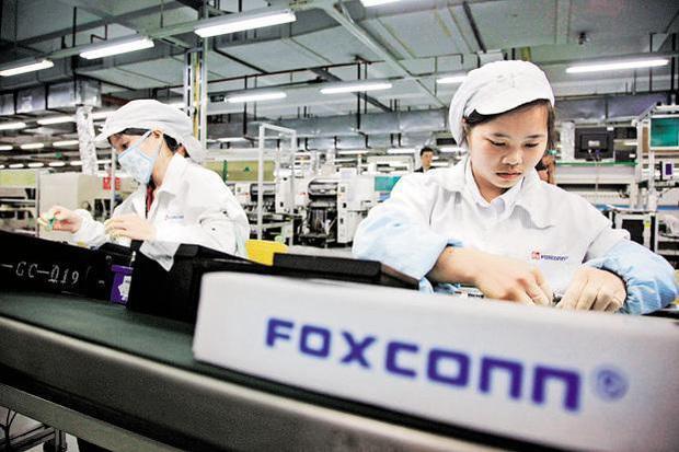 Công nhân Trung Quốc lắp ráp iPhone 12 xuyên Trung thu để kịp ngày ra mắt - Ảnh 1.