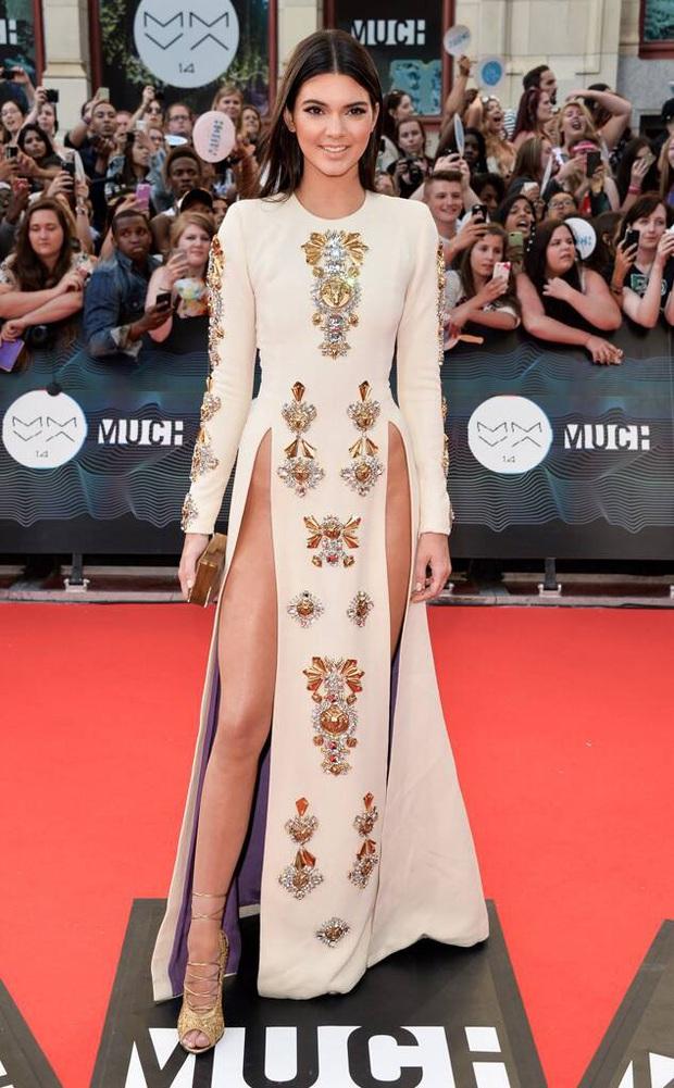 Ai ghét mặc kệ, các quái nữ nhà Kardashian-Jenner thực sự khuấy đảo thời trang thế giới theo những cách chẳng ngờ tới - Ảnh 14.