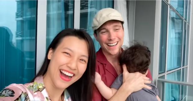 Hoàng Oanh tung clip hé lộ cuộc sống 14 ngày cách ly tại Singapore khi đưa con hội ngộ chồng Tây: Tình cảm ngọt ngào đáng ghen tỵ! - Ảnh 3.