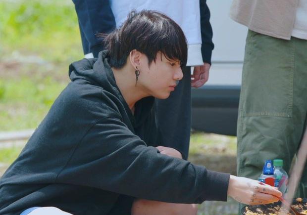 Em út vàng Jungkook (BTS) lộ mặt mộc 100% trong show thực tế, liệu có đạt đến đẳng cấp gương mặt đẹp nhất thế giới? - Ảnh 5.