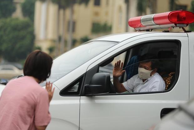Ảnh, clip: Chuyến xe cứu thương chở bệnh nhân nghèo của ông Đoàn Ngọc Hải dừng chân tại Hà Nội - Ảnh 5.