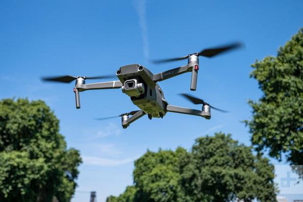 """Dân mạng sửng sốt trước chàng trai mang flycam trị giá gần 40 """"củ"""" để… hái xoài, điêu luyện đến nỗi cắt 1 phát ăn ngay! - Ảnh 3."""