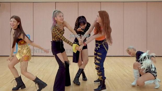 ITZY loạn cào cào khi đổi vũ đạo cho nhau, chỉ mình Yeji vẫn xử lý ngon ơ, main vocal lại đặc biệt lóng ngóng - Ảnh 2.