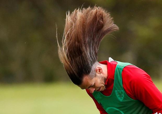 Cầu thủ đắt giá nhất thế giới một thời khiến các fan choáng váng khi cởi bỏ sợi dây buộc tóc - Ảnh 2.