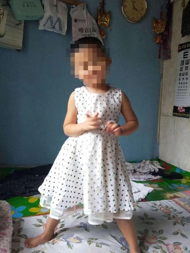 Bé gái 5 tuổi bị gã hàng xóm đưa đi trong đêm, nghi bị xâm hại với nhiều thương tích nghiêm trọng và hiện vẫn đang hôn mê trong bệnh viện - Ảnh 1.