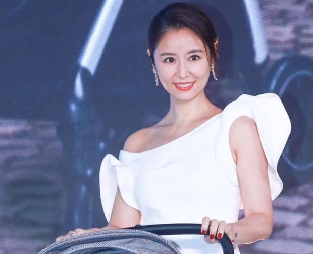 Bị hỏi về tin đồn ly hôn, Lâm Tâm Như tỏ thái độ mỉa mai cùng câu trả lời cực gắt khiến Cnet gật gù - Ảnh 3.