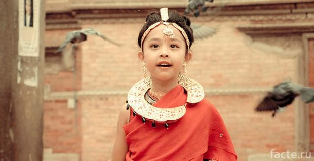 Tuổi thơ bị đánh mất của những bé gái được chọn làm nữ thần Kumari: Không được học, mất khả năng đi lại bình thường và không thể kết hôn - Ảnh 2.