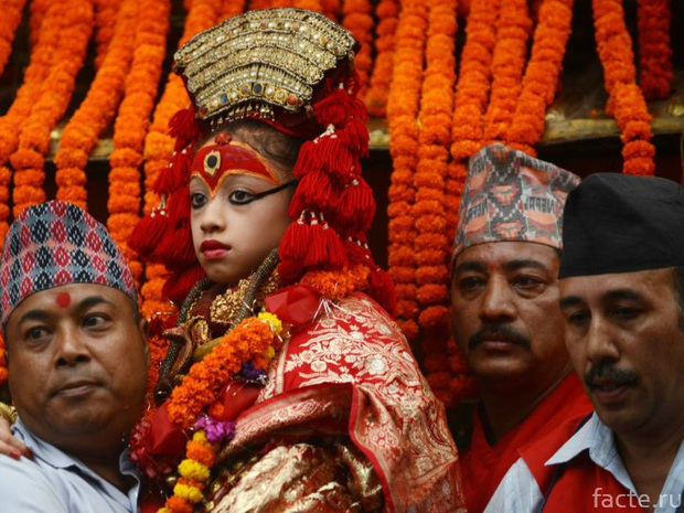 Tuổi thơ bị đánh mất của những bé gái được chọn làm nữ thần Kumari: Không được học, mất khả năng đi lại bình thường và không thể kết hôn - Ảnh 15.
