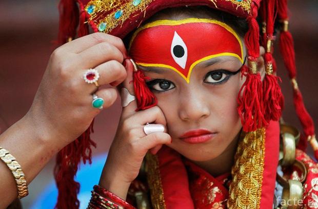 Tuổi thơ bị đánh mất của những bé gái được chọn làm nữ thần Kumari: Không được học, mất khả năng đi lại bình thường và không thể kết hôn - Ảnh 10.