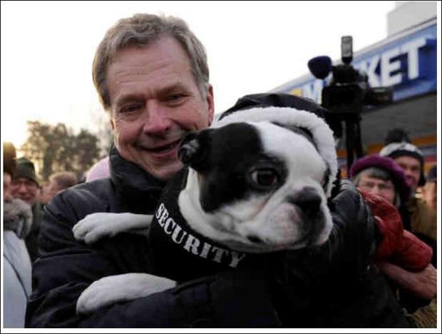Là nguyên thủ quốc gia cũng không thoát khỏi kiếp con sen: Những khoảnh khắc si mê chó cưng của Tổng thống Phần Lan gây sốt MXH - Ảnh 2.