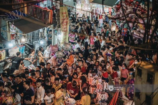 Một ngày trước Trung thu, dân tình Hà Nội đổ ra đường đông nghịt: chen chân về nhà đã khó, muốn vui vẻ dạo bước càng bất khả thi - Ảnh 1.