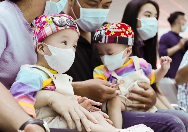 ẢNH: Chị em Trúc Nhi - Diệu Nhi ngồi ngoan ngoãn vỗ tay theo nhạc, đón Trung thu cùng các bạn trong bệnh viện - Ảnh 4.