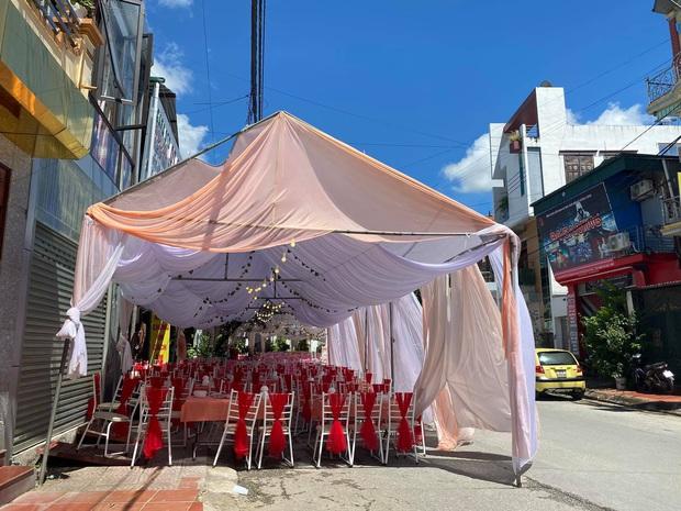 Dựng rạp, bày 150 mâm cỗ cưới rồi bị bom, chủ nhà hàng tuyệt vọng nhờ người dân Điện Biên giải cứu - Ảnh 1.
