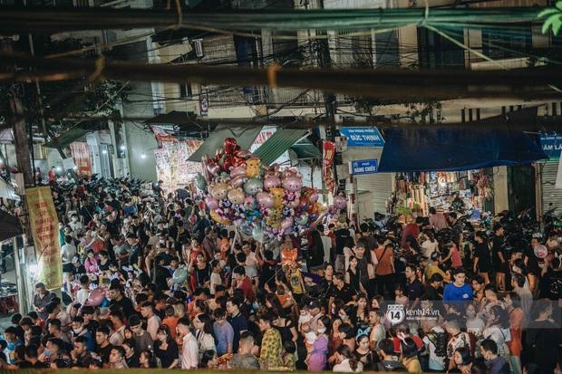 Một ngày trước Trung thu, dân tình Hà Nội đổ ra đường đông nghịt: chen chân về nhà đã khó, muốn vui vẻ dạo bước càng bất khả thi - Ảnh 3.