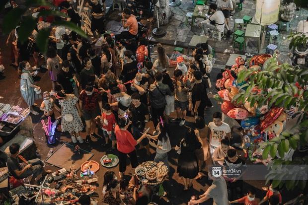 Một ngày trước Trung thu, dân tình Hà Nội đổ ra đường đông nghịt: chen chân về nhà đã khó, muốn vui vẻ dạo bước càng bất khả thi - Ảnh 4.