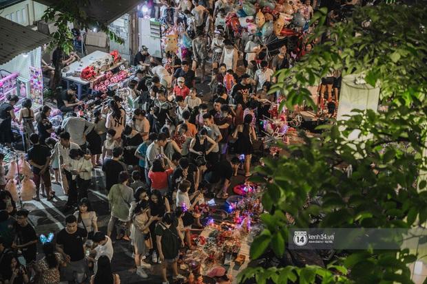 Một ngày trước Trung thu, dân tình Hà Nội đổ ra đường đông nghịt: chen chân về nhà đã khó, muốn vui vẻ dạo bước càng bất khả thi - Ảnh 5.