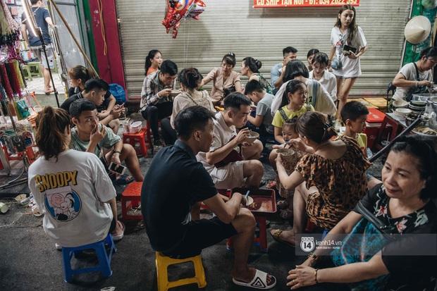 Một ngày trước Trung thu, dân tình Hà Nội đổ ra đường đông nghịt: chen chân về nhà đã khó, muốn vui vẻ dạo bước càng bất khả thi - Ảnh 7.