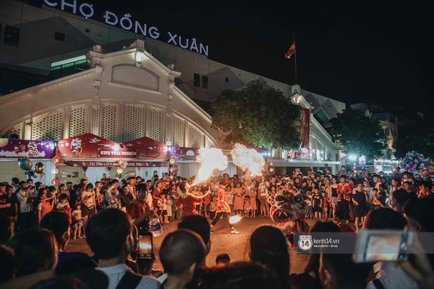 Một ngày trước Trung thu, dân tình Hà Nội đổ ra đường đông nghịt: chen chân về nhà đã khó, muốn vui vẻ dạo bước càng bất khả thi - Ảnh 6.