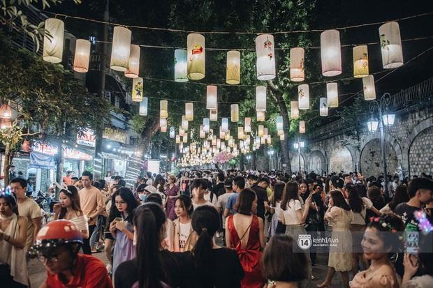 Một ngày trước Trung thu, dân tình Hà Nội đổ ra đường đông nghịt: chen chân về nhà đã khó, muốn vui vẻ dạo bước càng bất khả thi - Ảnh 8.