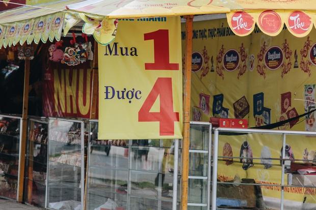 Bánh trung thu lề đường ở Sài Gòn: Mua 1 tặng 3 nhưng giá bằng 4 cái - Ảnh 7.