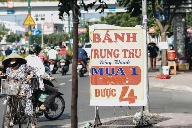 Bánh trung thu lề đường ở Sài Gòn: Mua 1 tặng 3 nhưng giá bằng 4 cái - Ảnh 1.