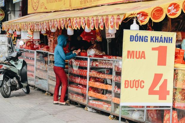 Bánh trung thu lề đường ở Sài Gòn: Mua 1 tặng 3 nhưng giá bằng 4 cái - Ảnh 2.