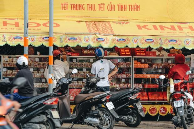Bánh trung thu lề đường ở Sài Gòn: Mua 1 tặng 3 nhưng giá bằng 4 cái - Ảnh 11.