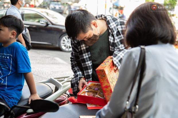 Cùng là bánh Trung thu Như Lan: Người Sài Gòn chen nhau ở tiệm, bánh lề đường mua 1 tặng 4 không ai buồn ghé là vì sao? - Ảnh 10.