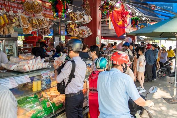 Cùng là bánh Trung thu Như Lan: Người Sài Gòn chen nhau ở tiệm, bánh lề đường mua 1 tặng 4 không ai buồn ghé là vì sao? - Ảnh 11.
