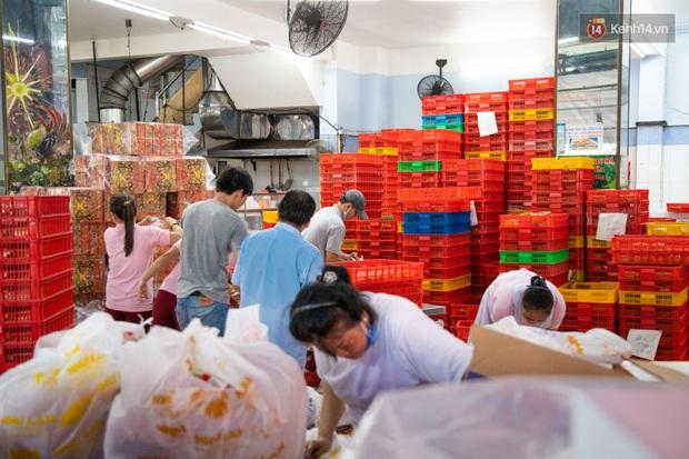Cùng là bánh Trung thu Như Lan: Người Sài Gòn chen nhau ở tiệm, bánh lề đường mua 1 tặng 4 không ai buồn ghé là vì sao? - Ảnh 4.
