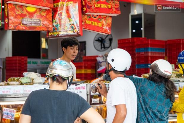 Cùng là bánh Trung thu Như Lan: Người Sài Gòn chen nhau ở tiệm, bánh lề đường mua 1 tặng 4 không ai buồn ghé là vì sao? - Ảnh 5.