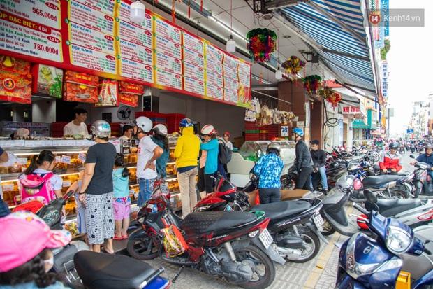 Cùng là bánh Trung thu Như Lan: Người Sài Gòn chen nhau ở tiệm, bánh lề đường mua 1 tặng 4 không ai buồn ghé là vì sao? - Ảnh 2.